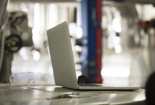 Laptop in industrial plantの写真素材 [FYI04339265]