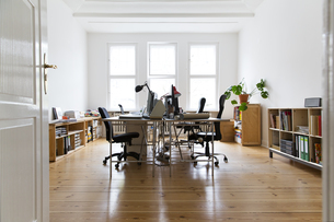 Workspace in empty officeの写真素材 [FYI04339285]