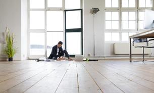 Businessman working barefoot on floorの写真素材 [FYI04339308]