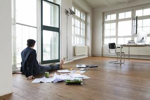 Businessman working barefoot on floorの写真素材 [FYI04339310]