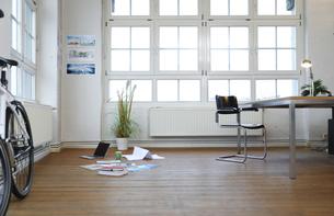 Interior of a modern informal officeの写真素材 [FYI04339336]