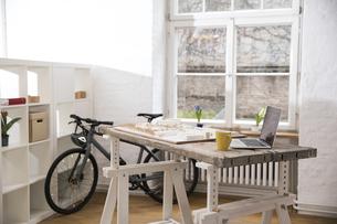 Interior of a modern informal officeの写真素材 [FYI04339344]