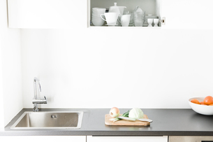 Modern kitchen, open kitchen cupboardの写真素材 [FYI04339407]