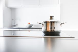 Modern kitchen, pot on cookerの写真素材 [FYI04339417]