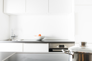 Modern kitchen, pot on cookerの写真素材 [FYI04339418]