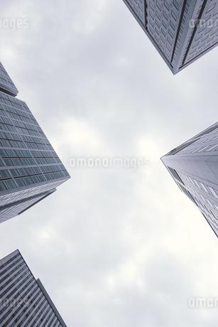 Japan, Tokyo, corners of four skyscrapers seen from belowの写真素材 [FYI04339434]
