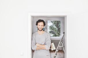 Portrait of man holding brush, smilingの写真素材 [FYI04339478]