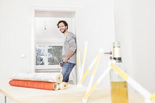 Portrait of man standing by doorway, smilingの写真素材 [FYI04339479]