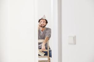 Portrait of man sitting on chairの写真素材 [FYI04339490]