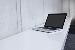 Germany, North Rhine Westphalia, Cologne, Laptop on shelfの写真素材 [FYI04339505]