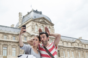 France, Paris, couple photographing  themself with smartphonの写真素材 [FYI04339563]