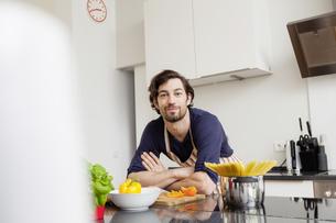 Portrait of smiling man in kitchenの写真素材 [FYI04339581]