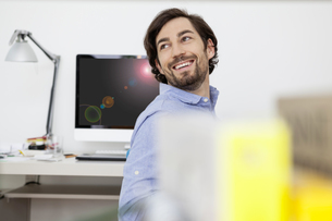 Smiling man in home officeの写真素材 [FYI04339584]