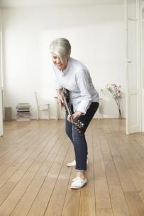 Mature woman playing electric guitarの写真素材 [FYI04339592]
