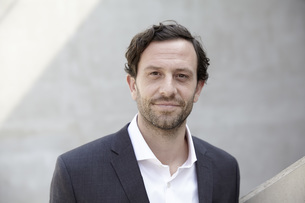 Portrait of businessman in a modern buildingの写真素材 [FYI04339603]
