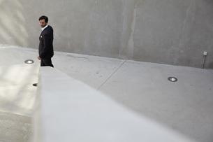 Portrait of businessman walking in a modern buildingの写真素材 [FYI04339606]