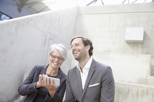 Portrait of two smiling business peopleの写真素材 [FYI04339616]