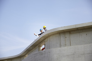 Two men on construction site discussing construction planの写真素材 [FYI04339622]