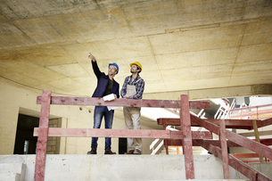 Construction worker and architect talking on construction siの写真素材 [FYI04339630]