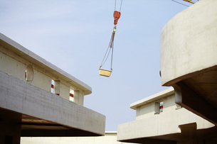 Crane lifting container on construction siteの写真素材 [FYI04339632]