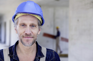 Smiling worker on construction siteの写真素材 [FYI04339640]