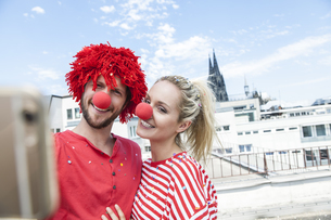 Germany, Cologne, young couple celebrating carnival dressedの写真素材 [FYI04339660]