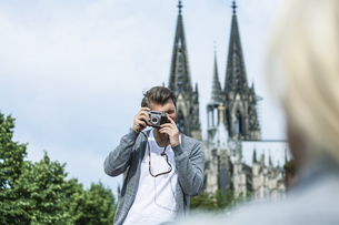 Germany, Cologne, man taking a picture of his girlfriendの写真素材 [FYI04339662]