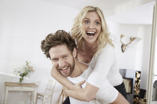 Portrait of happy couple having fun at homeの写真素材 [FYI04339741]