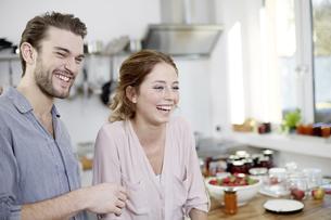 Happy couple in kitchenの写真素材 [FYI04339752]