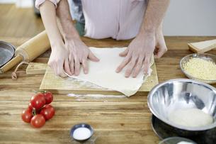 Couple preparing dough togetherの写真素材 [FYI04339759]
