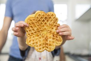 Little boy showing homemade waffleの写真素材 [FYI04339786]