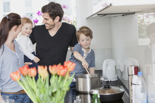 Family with two kids preparing food in kitchenの写真素材 [FYI04339798]