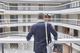 Businesssman with bag in office buildingの写真素材 [FYI04339854]