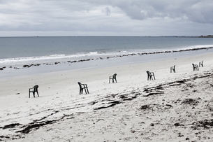 France, Lancieux, sandy beach with row of chairsの写真素材 [FYI04339867]