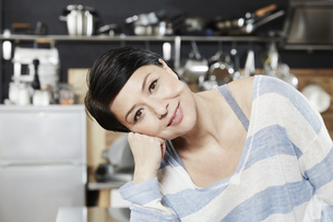 Portrait of smiling woman in kitchenの写真素材 [FYI04339896]