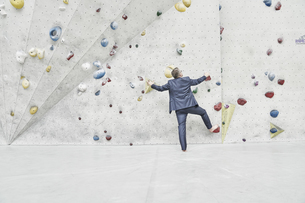 Back view of businessman standing in front of climbing wallの写真素材 [FYI04339930]