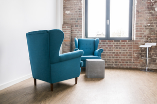 Arm chairs in launge of an officeの写真素材 [FYI04339939]