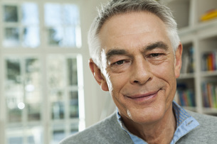 Germany, Berlin, Senior man smiling, portraitの写真素材 [FYI04339940]
