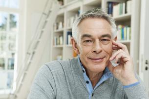 Germany, Berlin, Senior man smiling, portraitの写真素材 [FYI04339945]