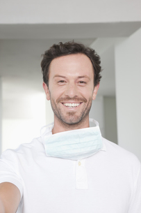 Germany, Dentist smiling, portraitの写真素材 [FYI04339978]