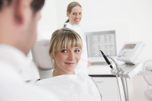 Germany, Dentist and patient in clinic, smilingの写真素材 [FYI04339982]