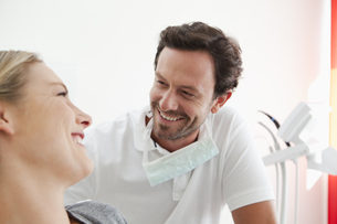 Germany, Dentist and patient in clinic, smilingの写真素材 [FYI04339984]