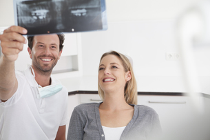Germany, Dentist and patient viewing x rayの写真素材 [FYI04339985]