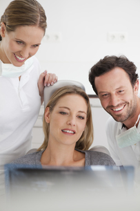 Germany, Dentist with patient viewing x rayの写真素材 [FYI04339986]