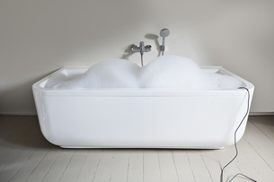 Bathtub filled with soapsuds in bathroomの写真素材 [FYI04340002]
