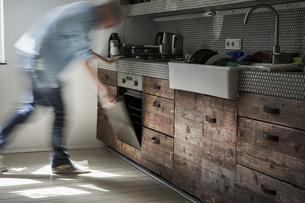 Mature man opening ovenの写真素材 [FYI04340007]
