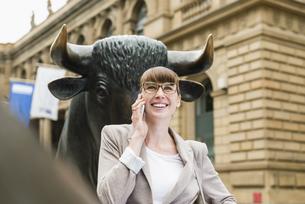 Germany, Hesse, Frankfurt, portrait of telephoning businesswの写真素材 [FYI04340039]