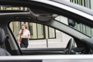 Germany, Hesse, Frankfurt, happy businesswoman walking withの写真素材 [FYI04340045]