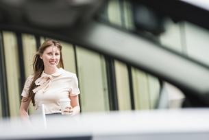 Germany, Hesse, Frankfurt, portrait of smiling businesswomanの写真素材 [FYI04340047]