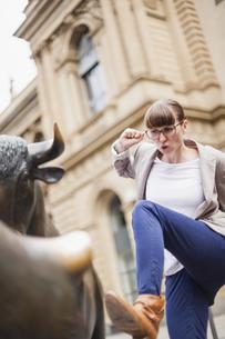 Germany, Hesse, Frankfurt, defending businesswoman in frontの写真素材 [FYI04340048]